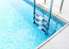 Stappen in blauwe pool stock afbeelding