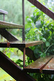 Stappen in de regen Stock Foto's