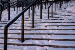 Stappen in de sneeuw met traliewerk stock foto