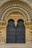 Stappen die aan de ingang van een mooie kerk met deuren leiden Royalty-vrije Stock Afbeeldingen