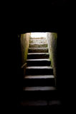 Stappen die van duisternis leiden stock foto