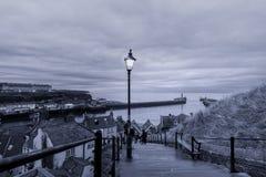199 stappen die van Whitby Abbey tot de haveningang leiden, Yor Stock Afbeeldingen