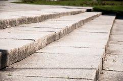 Stappen in het park met grote steenplakken stock foto