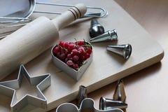 Stappen van het maken van koekjes Bevroren bessen, rode aalbes Concept feestelijk baksel Moederdag, de Dag van Vrouwen, de Dag va stock fotografie
