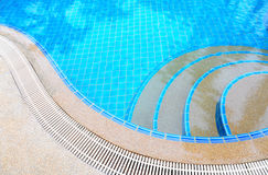 Stappen in zwembad Stock Foto