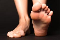 stapping在黑色的脚 免版税库存照片