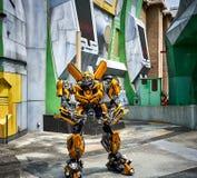 Stappla modellen för bitransformatorroboten som poserar för bild på Universal Studios Singapore royaltyfria bilder