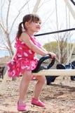 stapplar den lyckliga teeteren för flickan Royaltyfria Foton