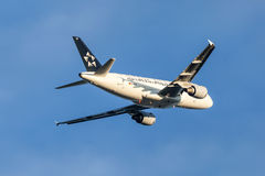 Star Alliance Airbus A319 aircraft after takeoff Stock Photo