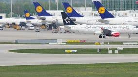 Star Alliance Austrian Airlines en el aeropuerto de Munich, MUC metrajes