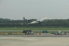 Star Alliance flygplan som tar av Royaltyfria Bilder