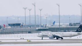 Star Alliance Lufthansa acepilla la mudanza en el aeropuerto de Munich, MUC metrajes
