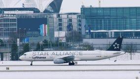 Star Alliance Lufthansa acepilla la mudanza en el aeropuerto de Munich, MUC almacen de video
