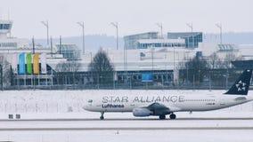 Star Alliance Lufthansa acepilla la mudanza en el aeropuerto de Munich, MUC almacen de metraje de vídeo