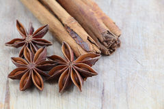 Star anise and cinnamon on a chopping board Royalty Free Stock Photos