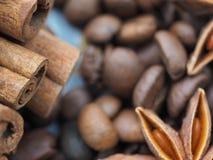 Star_anise, kawa i cynamon zamknięci w górę fotografia stock