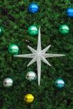 Star com as bolas coloridas do cromo em uma árvore de Natal Fotos de Stock