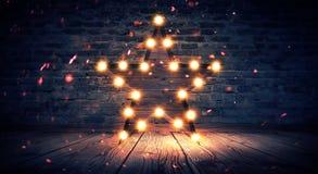 Star la lampada sui precedenti di vecchio muro di mattoni, sul pavimento di legno, luci, le luci, le luci, l'abbagliamento, fumo fotografie stock