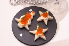 Star o pão com caviar vermelho, Champagne, cartão Fotos de Stock Royalty Free