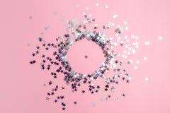Star-shaped confettien die op een roze achtergrond worden verspreid Viering en partij, concept De ruimte van het exemplaar royalty-vrije stock foto's