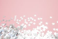 Star-shaped confettien die op een roze achtergrond worden verspreid Viering en partij, concept De ruimte van het exemplaar royalty-vrije stock afbeelding
