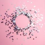 Star-shaped confettien die op een roze achtergrond worden verspreid Viering en partij, concept De ruimte van het exemplaar royalty-vrije stock afbeeldingen