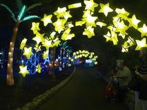 Star-shaped lantaarns verlichten passage door de Luminasia-tentoonstelling bij de markt van de Provincie van Los Angeles in Pomon Stock Afbeelding