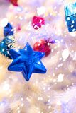 Star-shaped ornamenten en hangen hen op de Kerstboom Stock Foto's