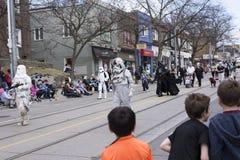 Star Wars charaktery chodzą wzdłuż królowej St E Toronto podczas plaży Wielkanocnej parady 2017 zdjęcie stock