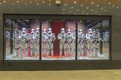 Star Wars-onweersmarechausseeën in een showcase parijs Stock Afbeelding