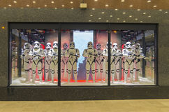 Star Wars stormmilitärpoliser i en ställa ut paris Arkivbild