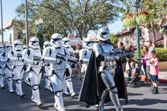 Star Wars stormmilitärpoliser på studior för Disney ` s Hollywood arkivbild