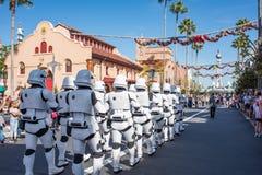 Star Wars stormmilitärpoliser på studior för Disney ` s Hollywood royaltyfri fotografi