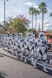 Star Wars stormmilitärpoliser på studior för Disney ` s Hollywood arkivfoton