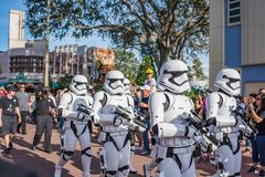 Star Wars stormmilitärpoliser på studior för Disney ` s Hollywood fotografering för bildbyråer