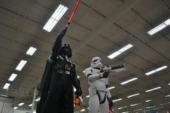 Star Wars Stormtrooper och till salu Darth Vader leksaker Arkivbilder