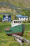 Stara łódź i drewniani domy w Iceland Fotografia Royalty Free