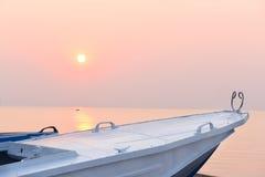Stara łódź i menchie dniejemy na morzu Obrazy Stock