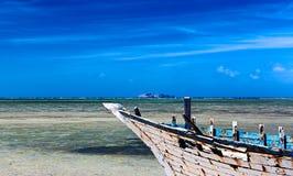 Stara łódź i wyspa zdjęcia royalty free