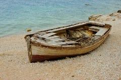 Stara łódź Na wybrzeżu Zdjęcia Royalty Free