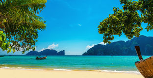 Stara łódź plażowy Phuket i egzot, Tajlandia obraz stock