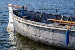 Stara łódź robić metal i nity Naczynie cumuje th zdjęcie stock