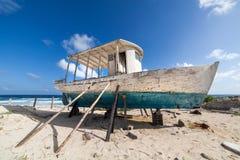 Stara łódź rybacka dla napraw zdjęcia royalty free