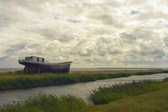 Stara łódź rybacka na Bałtyckim wybrzeżu fotografia stock