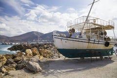 Stara łódź rybacka na brzeg Statek ciągnący na ląd Ukrywa w wiosce Hersonissos na wyspie Crete, Grecja zdjęcie royalty free
