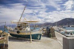 Stara łódź rybacka na brzeg Statek ciągnący na ląd Ukrywa w wiosce Hersonissos na wyspie Crete, Grecja fotografia stock