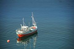 Stara łódź rybacka w dennych górach ogólny widok od wybrzeża fotografia royalty free