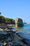 Stara łódź splatająca na brzeg Zdjęcie Royalty Free