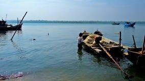 Stara łódź w połowu schronieniu, Chaung Tha, Myanmar zbiory