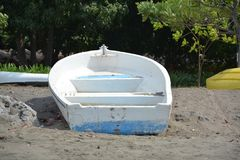 Stara łódź wzdłuż brzeg fotografia stock